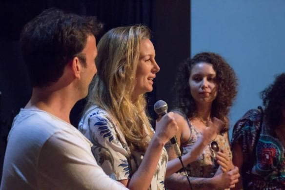 Fernanda responde ao público após exibição de A loucura entre nós. Foto Geovane Peixoto.